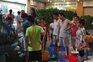 Hà Nội: Hàng nghìn cư dân KĐT Tân Tây Đô khốn khổ xếp hàng chờ lấy nước