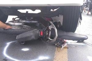 Va chạm xe đạp ngã ra đường, nam thanh niên bị xe tải cán tử vong
