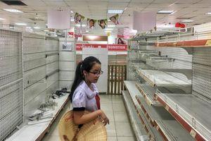 Siêu thị Auchan trống trơn, nhân viên bắt đầu dọn dẹp trả mặt bằng