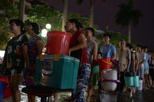 Hà Nội: Hàng nghìn người nhiều ngày vạ vật xếp hàng xách nước