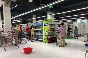 Khách đến siêu thị 'giảm nhiệt' nhưng vẫn còn trộm cắp; Auchan khẳng định không tăng giá
