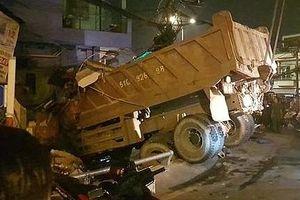 Xe ben tông sập quán ăn bên đường, nhiều người may mắn thoát chết