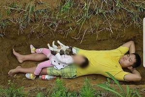 Ảnh 'Cha đào hố chờ chôn con 2 tuổi' là tin giả, không phải chuyện ở Việt Nam