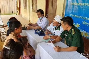 Gần 200 người dân Lào được Bộ đội biên phòng Nghệ An khám, cấp thuốc miễn phí