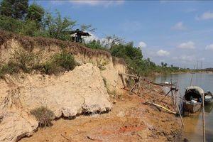 Bờ sông Thạch Hãn bị sạt lở kéo dài gần 300m, ăn sâu vào đất liền