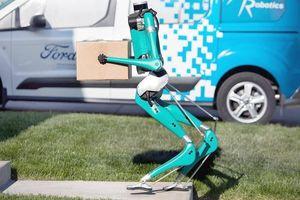 Ford nghiên cứu kết hợp robot với xe tự lái để vận chuyển hàng