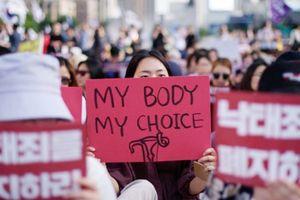 Nữ sinh Hàn Quốc thắp sáng biểu ngữ đòi nữ quyền, chống phân biệt giới