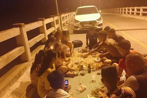 Hết hồn nhóm thanh niên đỗ xe, mở tiệc giữa cầu như ở nhà