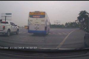 Clip: Xe khách Hoàng Hà ép, tạt đầu xe con để vượt đèn đỏ gây bức xúc