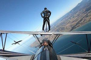 Sinh viên gốc Việt đi bộ trên cánh máy bay ở Mỹ