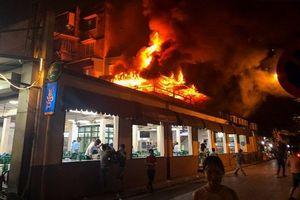 Hiện trường vụ cháy quán bia hơi Hải Xồm: Lửa bao trùm tầng 2, thực khách hỗn loạn bỏ chạy