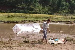 Cột điện đổ xuống suối, hai vợ chồng bị điện giật thương tâm khi lội qua