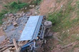 Hà Tĩnh: Lật xe tải chở gỗ, 2 người tử vong thương tâm