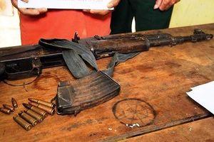 Mang 'quà tặng' súng AK về nhà, bị bộ đội Biên phòng bắt giữ