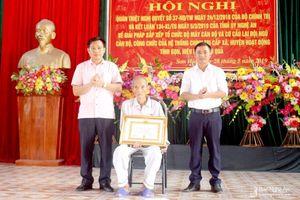 Trao Huy hiệu Đảng cho các đảng viên lão thành ở Quỳnh Lưu