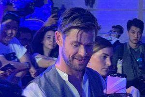 Chris Hemsworth nhiệt tình chụp ảnh với fan tại Bali, tự tin nói tiếng Indonesia