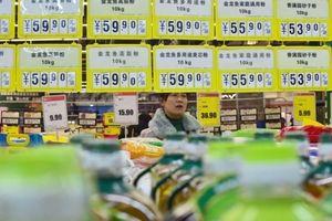 Tuyệt vọng vì chiến tranh thương mại, tầng lớp trung lưu Trung Quốc đua nhau mua vàng, ngoại tệ