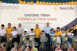 Sun Life Việt Nam tặng quà trẻ em Làng Hòa Bình, Quảng Nam