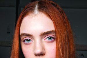 Mùa hè này, tóc rẽ ngôi giữa mới là trào lưu được yêu thích nhất trên các sàn diễn thời trang
