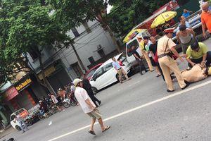 Thanh niên chạy xe không đội mũ bảo hiểm, đâm gục chiến sĩ CSGT trên phố Hà Nội