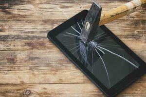 Học sinh bị ép đập nát điện thoại khi mang đến trường