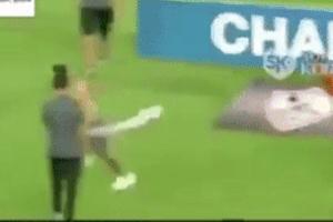 Vào sân khiêu khích, CĐV bị cầu thủ đánh hội đồng