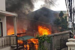 Cháy căn nhà 2 tầng giữa Sài Gòn, cả khu phố hốt hoảng