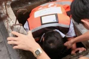 Nữ tài xế Thái Lan chui xuống cống tìm đồng hồ cho du khách Việt