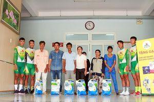 Đội đua xe đạp tặng gạo cho gia đình có hoàn cảnh khó khăn