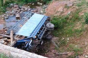 Xe tải chở gỗ lao xuống suối, 2 người tử vong