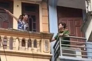 Hà Nội: Trưởng Công an quận giải cứu một phụ nữ dọa tự thiêu