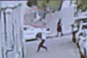 Người đàn ông tay không đỡ bé trai 2 tuổi rơi từ tòa nhà