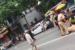 Hà Nội: Trung úy CSGT bị thanh niên xăm trổ tông gục trên QL32