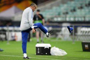 Trước chung kết Europa League: Cầu thủ Chelsea suýt đánh nhau, HLV Sarri tức giận ném mũ, bỏ đi