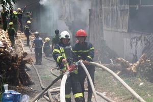 Đà Nẵng: Hàng trăm chiến sĩ tham gia chữa cháy xưởng sản xuất hương