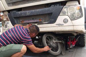 Hà Nội: Người đàn ông bị xe đầu kéo cán tử vong trong lúc sang đường