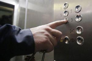 Vướng tai nghe, một phụ nữ gặp nạn bi thảm trong thang máy