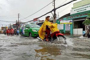 TP.HCM: Khổ sở vì cơn mưa đúng giờ tan tầm
