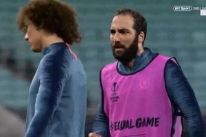 David Luiz và Higuain bị nghi đóng kịch trước truyền thông