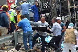 Xe khách va chạm xe tải chở hàng, 20 hành khách chết cháy