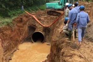 Đường ống nước sạch sông Đà rò rỉ nghìn dân ảnh hưởng