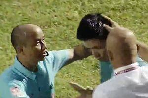 Trọng tài V-League bị ném vật thể lạ vào đầu vì từ chối bàn thắng