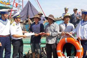 Hải quân Việt Nam - Điểm tựa cho ngư dân vươn khơi, bám biển