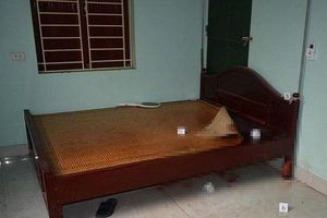 Điều tra vụ người đàn ông tử vong trên giường, cổ quấn 2 vòng dây cao su