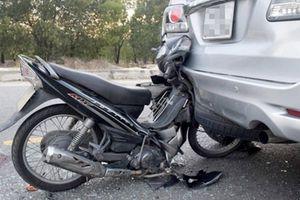 Xe máy tông đuôi ô tô đang đỗ, ai phải đền ai?