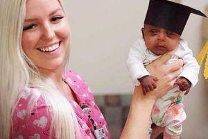 Em bé nhỏ nhất thế giới chỉ nặng bằng quả táo khi ra đời đã xuất viện