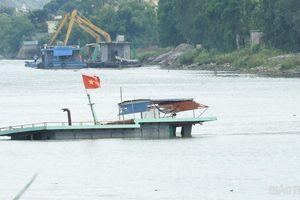 Hà Nam: Hai tàu chở vật liệu va chạm nhau, 1 chiếc chìm giữa Sông Đáy