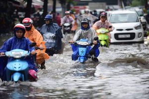 TP.HCM vào mùa mưa, nhiều dịch vụ kinh doanh 'hốt bạc'