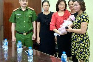 Hà Nội: Bé gái hơn tháng tuổi bị bỏ rơi được trao về với mẹ đẻ
