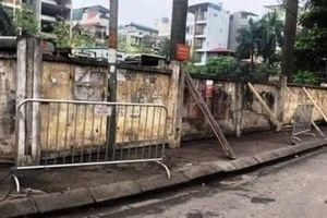Tháo dỡ bức tường sắp đổ tại Mai Dịch